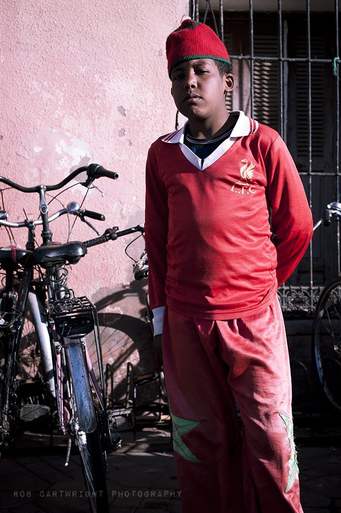marrakesh maroc morocco north africa street urban portrait boy red hat lfc liverpool shirt nikon 50mm rob cartwright